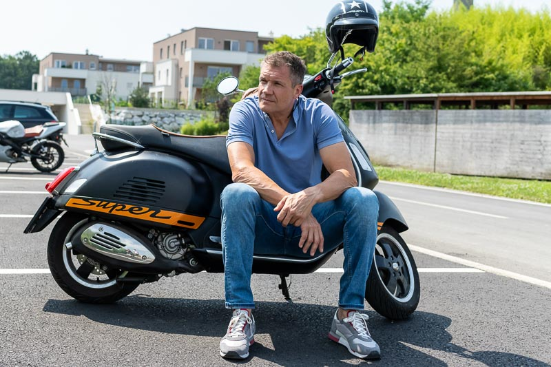 Armin Assinger mit seiner Vespa