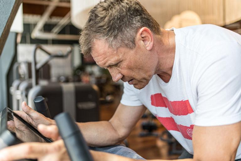 Porträt von Armin Assinger beim Sport auf einem Ergometer